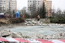 Demolice kašny na Suzdalském náměstí v Lounech