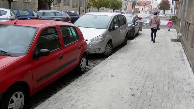 Řidiči v Lounech už využívají nová parkovací místa, která jsou kdispozici ve Štefánikové ulici nedaleko centra města.