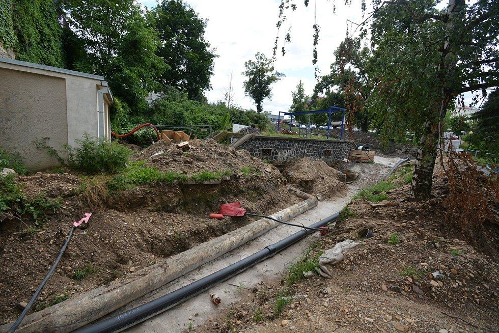Zvlněná silnice v blízkosti křižovatky ulic Husovy a Hilbertovy v Lounech je opravená.
