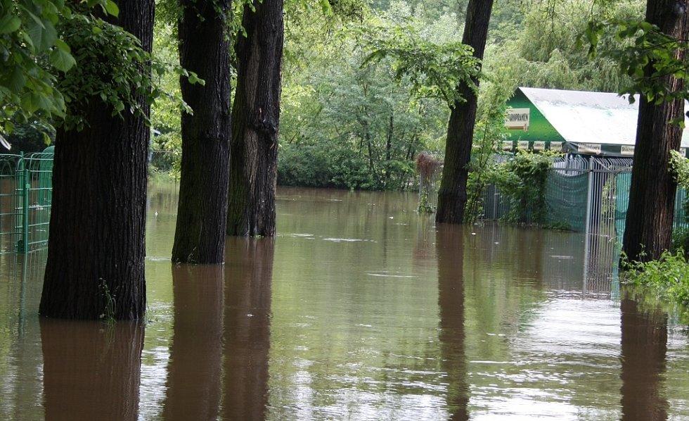 Rozvodněná Ohře v Lounech 4. 6. 2013. Pohled od ZŠ P. Holého podél výstaviště směrem k řece