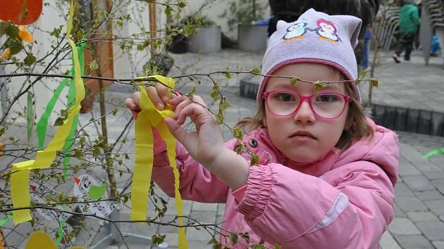 Děti nazdobily břízky na dvoře lounské knihovny.