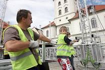 Zastřešené podium postavili ve čtvrtek pracovníci specializované firmy na náměstí Svobody v Žatci před radnicí.