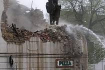 Bourání památkově chráněného domu, tehdy provozovny pizzerie, v lounské Hilbertově ulici na jaře roku 2006.