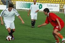 Michal Lesniak (vlevo),  který hostoval rok v Mostě, se  objevil v neděli v mateřském týmu Blšan, přestože v sobotu ho zkoušel FK Louny a před týdnem S. Tuchořice. Až ve třetím mužstvu poprvé žádnou branku nevstřelil a Blšany prohrály s Tuchlovicemi 2:3.