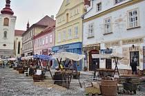 Na Hošťálkově náměstí vyrostlo pro potřeby filmařů tržiště.