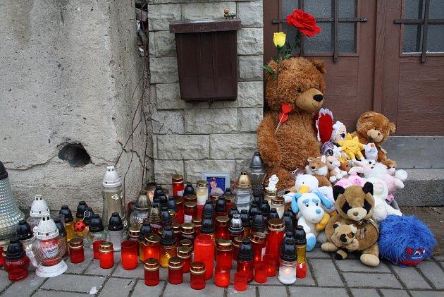Pietní místo před domem vlounské Husově ulici