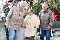 Sofija Ostrovská (uprostřed) při pietním aktu loni v říjnu v Lounech na Mělcích, kde se vzpomínalo na památku sovětských výsadkářů, které po seskoku u Loun zastřelili fašisté.