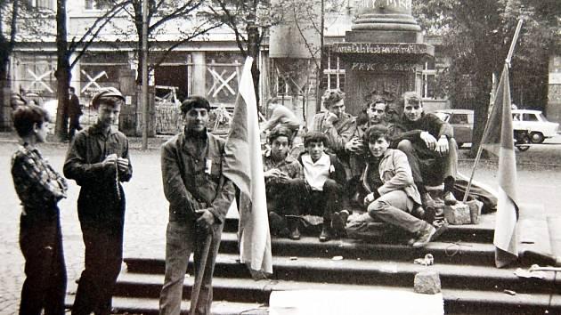 Mladíci protestují na Mírovém náměstí v Lounech proti přítomnosti okupačních jednotek. Podle archivních poznámek dokonce drželi hladovku.