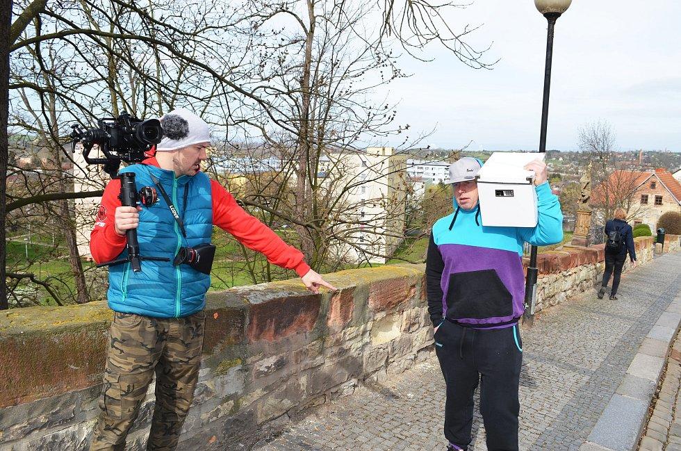 Žatečtí filmaři opět točí, tentokrát v ulicích města vzniká krátký snímek do celosvětové soutěže Nespresso talents. Na snímku vlevo je Lukáš Šimandl.