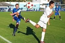 Na snímku ze zápasu v Bílině je v modrém Radek Divecký, který je v Lounech na hostování z Brozan.
