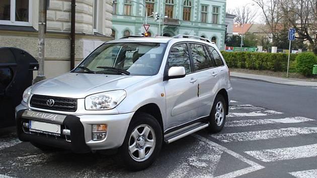 Špatně zaparkované vozidlo v ulici Na Valích v Lounech.