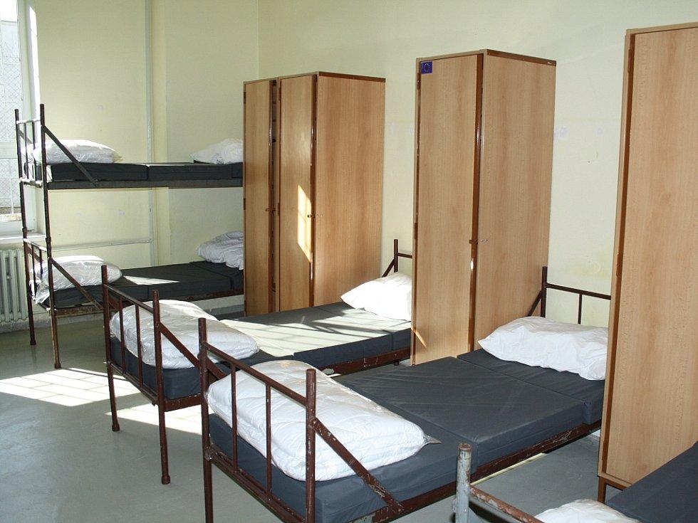 Takhle vypadá pokoj v Drahonicích. Jen postele a skříňky. Sprchy a záchody jsou na chodbě, žádný luxus.