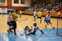 Lounská sportovní hala viděla utkání florbalistů při 22. kole Tipsport Superligy. Přijely týmy Vinohrad (ve žlutém) a Chodova (v bílém)