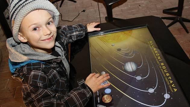 Jan Beneš zkouší jeden z exponátů interaktivní výstavy Iqlandia v žatecké Galerii Sladovna