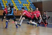 Florbalisté Loun (v červeném) si budou muset na první divizní body počkat. V prvním utkání na domácí palubovce nestačili na Děčín.