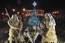 Na lounském Zeleném náměstí už vánoční stromek svítí.