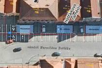 Na Hošťálkově náměstí v Žatci se na dlažbě objeví bílé čáry, které budou vyznačovat místa pro zaparkování aut.