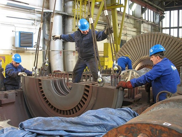 Zaměstnanci společnosti Škoda Power demontují  nosič rozváděcích kol parní turbíny bloku 6 v Elektrárně Počerady.