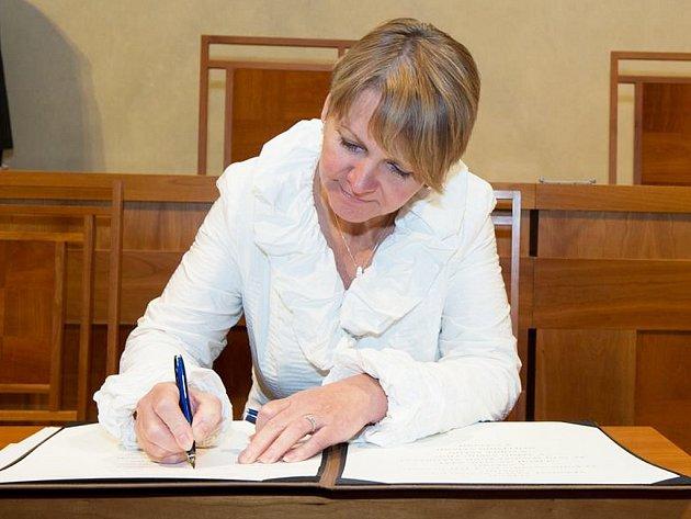 Zdeňka Hamousová podepisuje jmenovací listiny do Senátu Parlamentu ČR.
