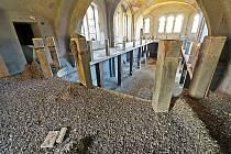 Hromady holubího trusu v žatecké synagoze