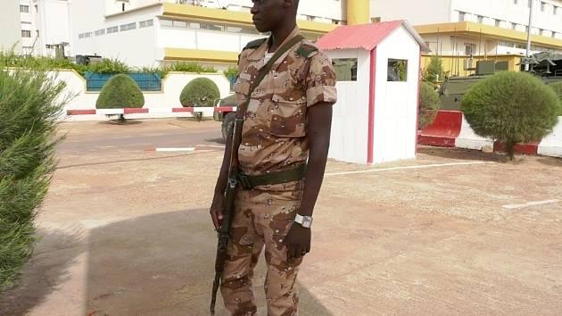 Malijský voják na velitelství mise Evropské unie v Bamaku. Její součástí byli půl roku vojáci ze Žatce.