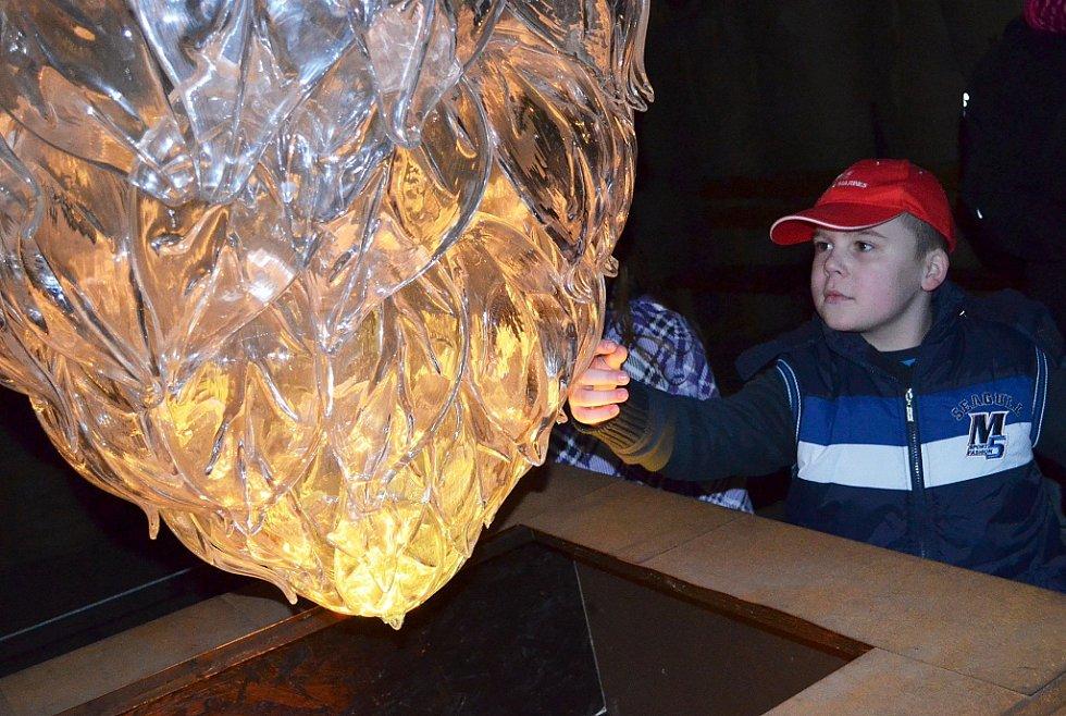 Jednou ze zajímavých atrakcí je i obří skleněná chmelová šiška. Archivní foto