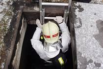 Policisté a hasiči zasahovali na žateckém hřbitově v rámci vyšetřování krádeží. Hasiči lezli dovnitř do hrobek
