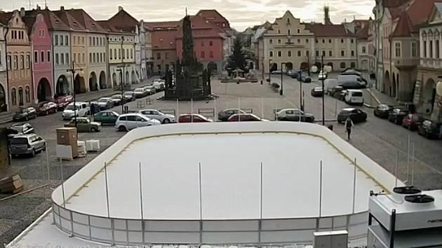 Kluziště před radnicí před dokončením