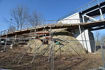 V Lounech začala oprava lávky pro pěší, která leží pod železničním mostem přes Ohři.