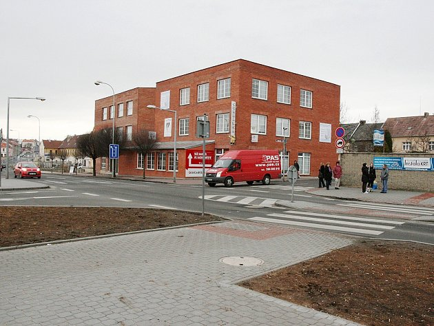 Kritizovaný přechod v ulici Osvoboditelů. Na snímku nový přechod, lampy osvětlení zůstaly zatím na původním místě tam, kde jede malé červené auto (vlevo).