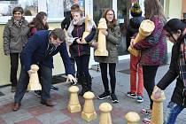 Děti ze ZŠ Kpt. O. Jaroše Louny dostaly od Věznice Oráčov 32 figur na venkovní šachovnici.