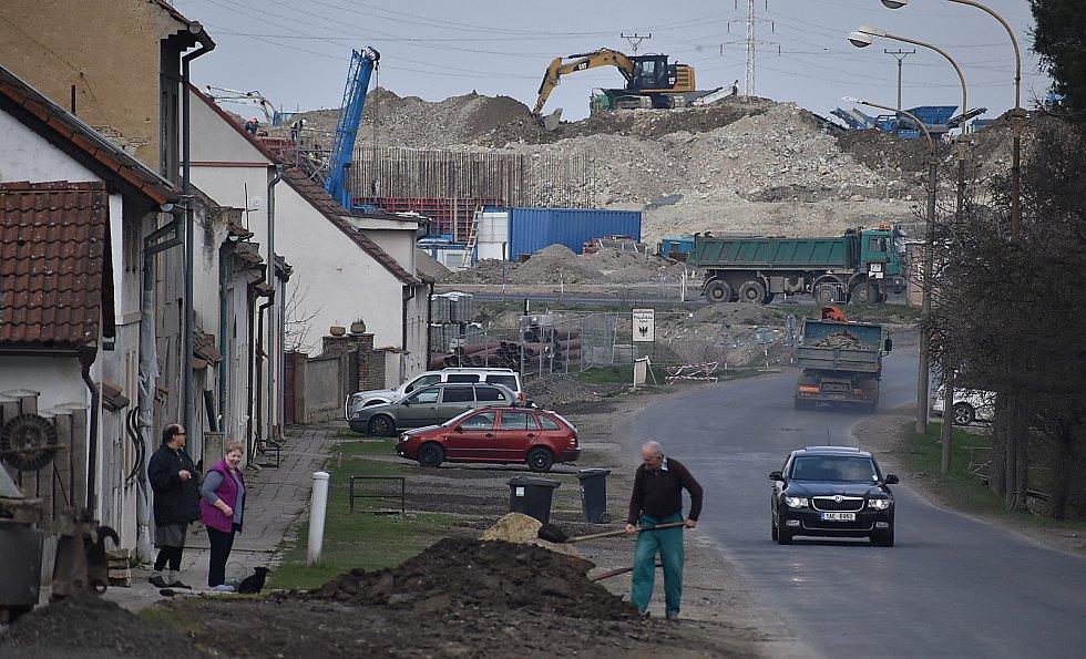 V Panenském Týnci se teď hodně staví. Buduje se tam kanalizace, v sousedství městyse dálnice Praha - Chomutov.