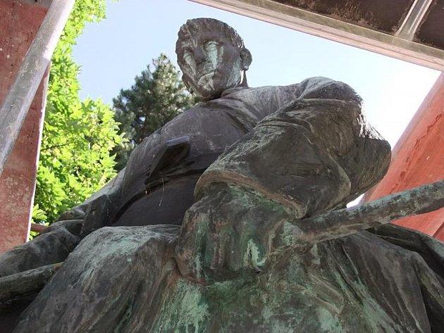 Pomník na Suzdalském náměstí v Lounech s lešením