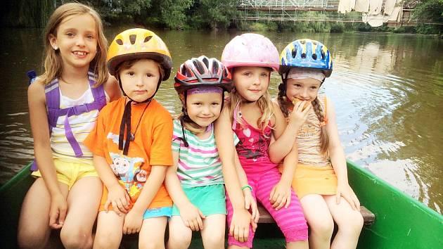 Děti se nechávají převézt přes Ohři. V pozadí lávka, která je kvůli rekonstrukci uzavřená.
