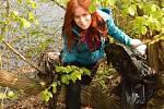 Olga Knoflíčková uklízí nepořádek na březích Ohře v Lounech.