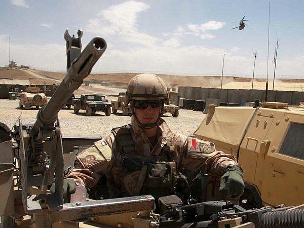Rotmistr David Beneš se chystá na patrolu po afghánské provincii Lógar, kde pracuje český rekonstrukční tým.