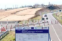 Aktuální podoba stavby nové silnice R7 u Vysočan. Nahoře v pozadí už je vidět tvar budoucí široké rychlostní komunikace.