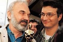 Zdeněk a Jan Svěrákovi s legendárním Oscarem v roce 1997 za film Kolja