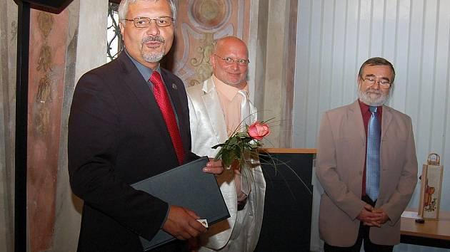 Milouš Červencl, Alois Hartl a Bohumil Řeřicha (zleva) po předání ceny