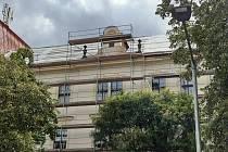 ZŠ Komenského alej dostává novou střechu.