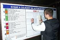 Pracovník Dopravního podniku měst Chomutova a Jirkova vylepoval v neděli večer jízdní řády na autobusovém nádraží v Žatci.