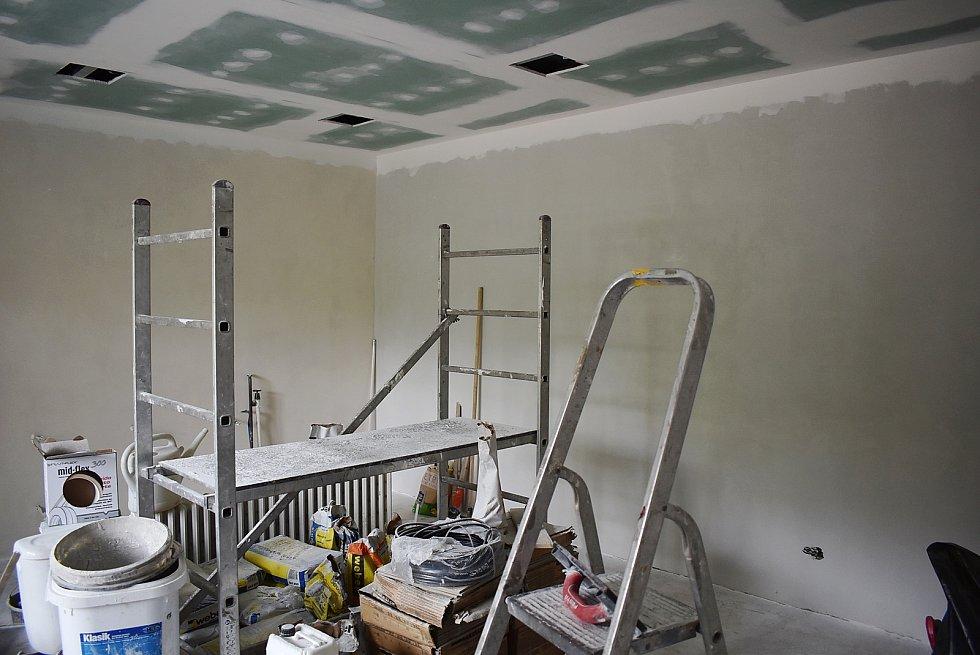 Obecní úřad v Domoušicích prochází rekonstrukcí vnitřních prostor.