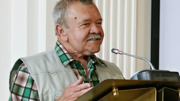 Emil Volkmann na archivním snímku hovoří při zasedání lounského zastupitelstva, jehož byl dlouholetým členem