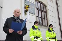 Starosta Loun Radovan Šabata hovoří před lounskou synagogou
