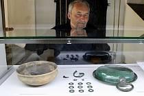Archeolog žateckého muzea Petr Holodňák u výstavky keltského pokladu. Vpravo je bronzová nádoba – teglia.