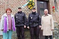 Starosta Loun Radovan Šabata i místostarostka města Edita Hořejší byli mezi hosty pietního aktu u rodného domu kapitána Otakara Jaroše v Lounech.