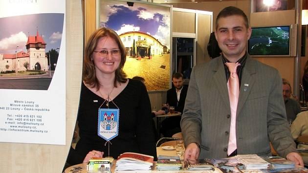 Michal Ovšonka a Eva Jirásková z lounské radnice představují zájemcům své město na bratislavském veletrhu.