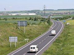Obchvat Loun, silnice I/7 od Chomutova na Prahu. Pohled z jednoho z mostů, které si sebevrah vybral pro svůj čin. Ilustrační foto