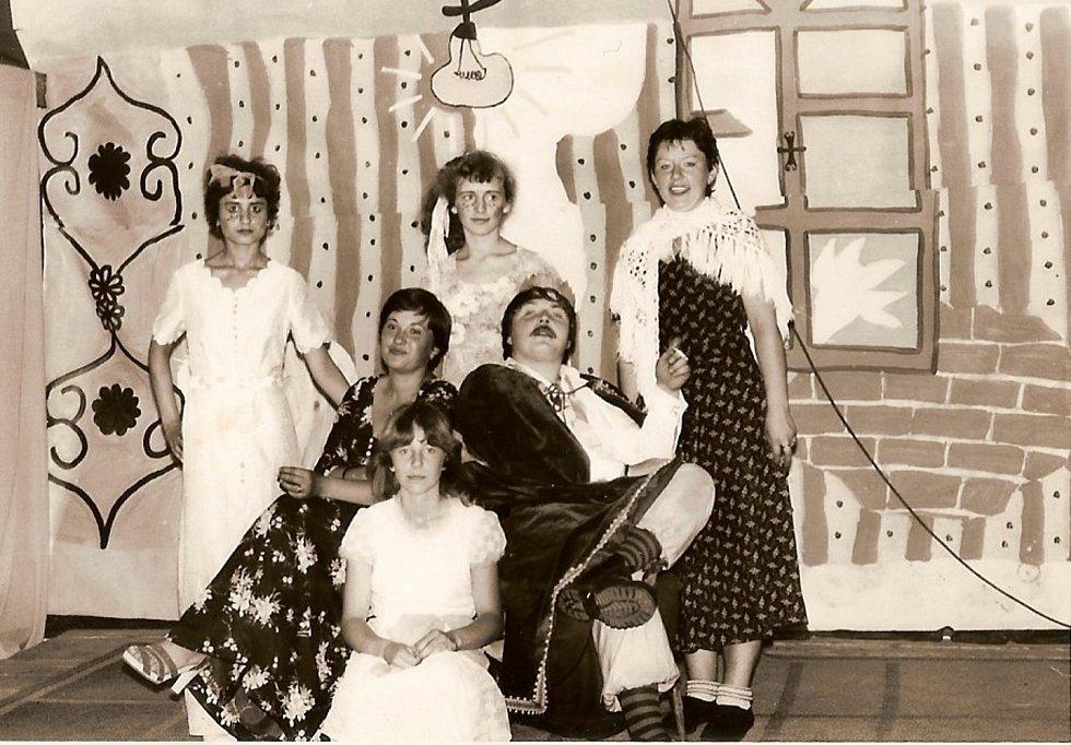 Rok 1989. Poslední představení ochotníků z Petrohradu. Marie Vránová je královna vedle krále.