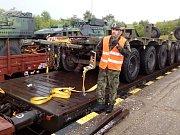 Vojáci v Podbořanech nakládají techniku na vagony